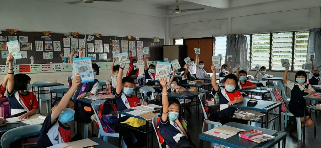 SJK(C) Tampoi 3 students raise Ultifresh 3-Ply Reusable Kids Masks